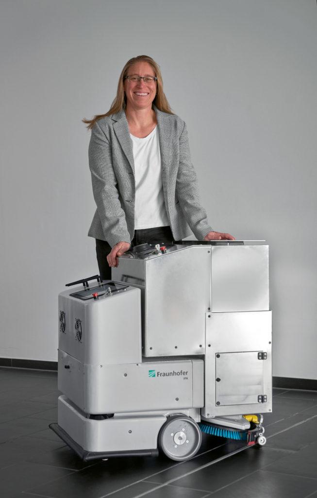 Birgit Graf mit Reinigungsroboter