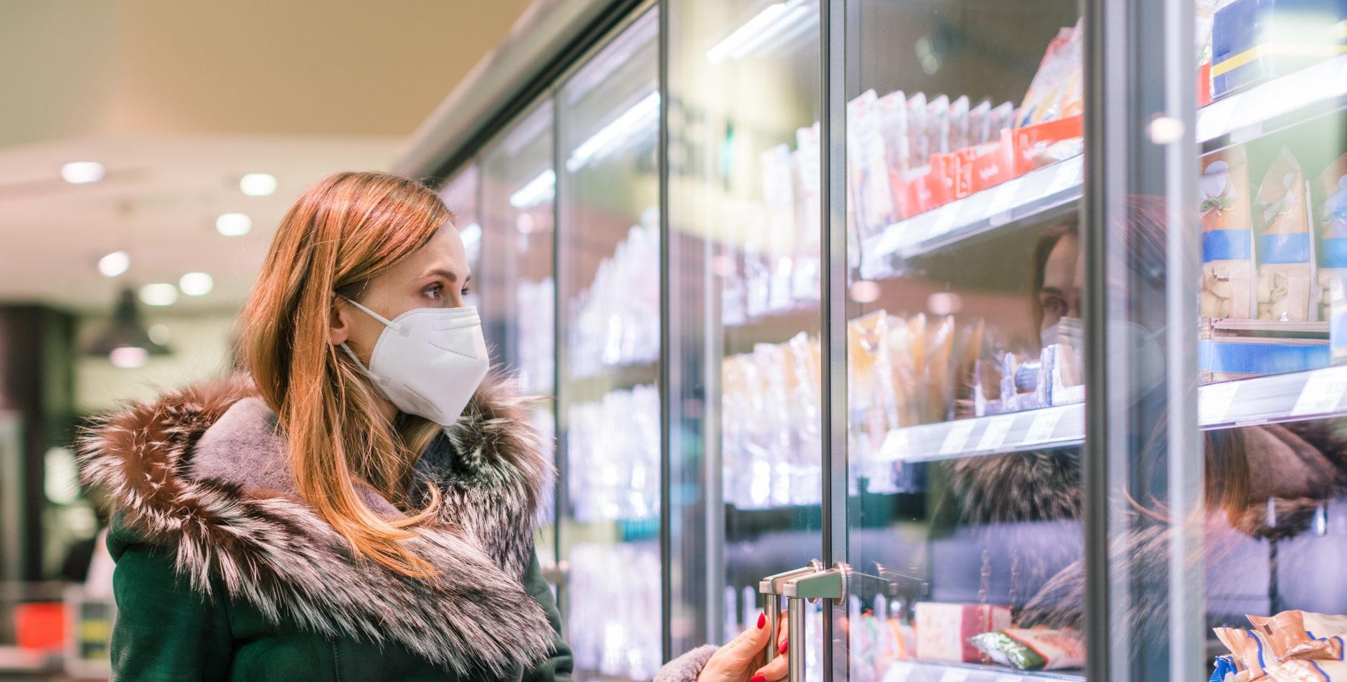 Frau mit FFP2-Maske im Supermarkt