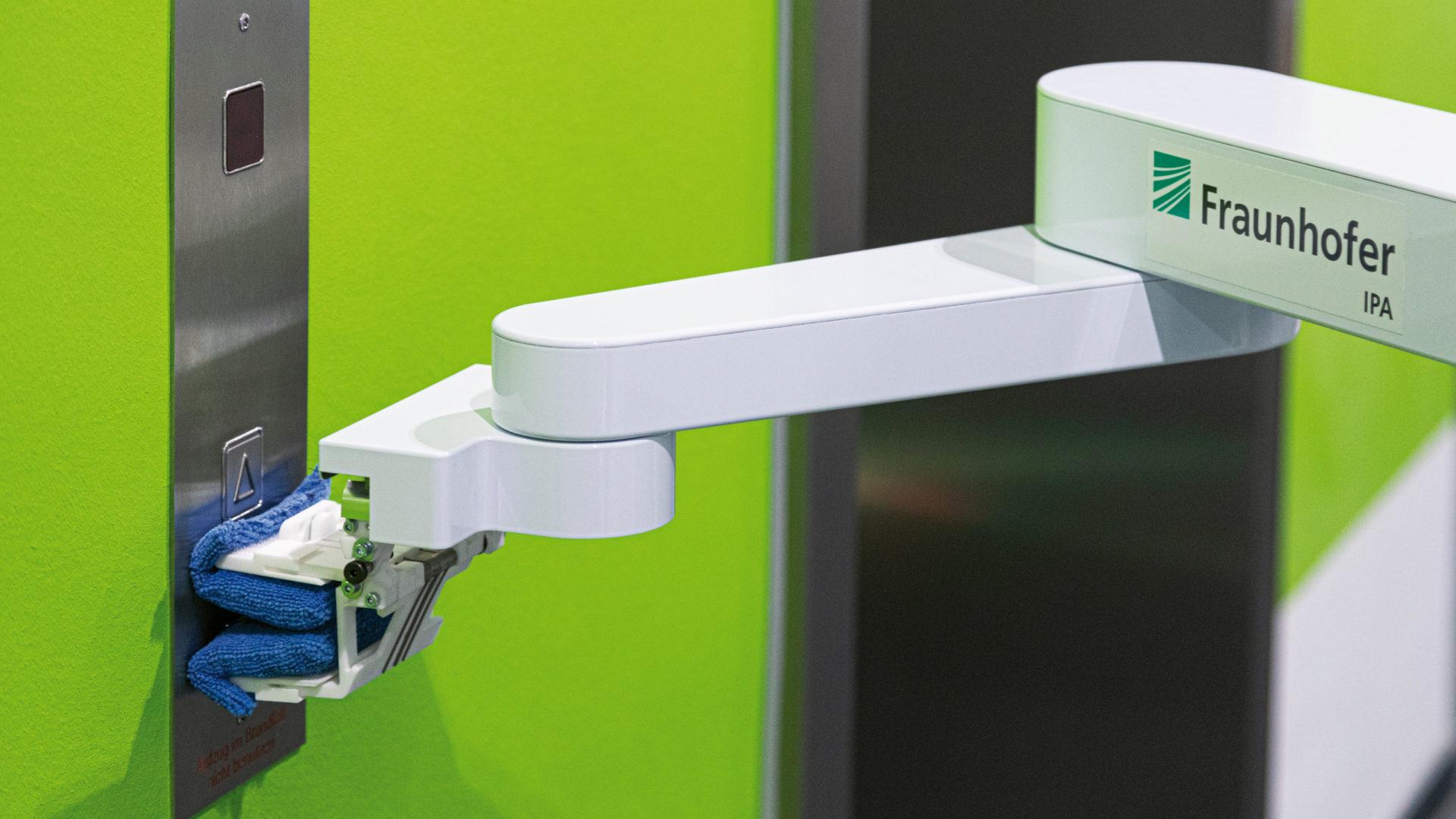 Desinfektionsroboter DeKonBot reinigt Fahrstuhlknopf