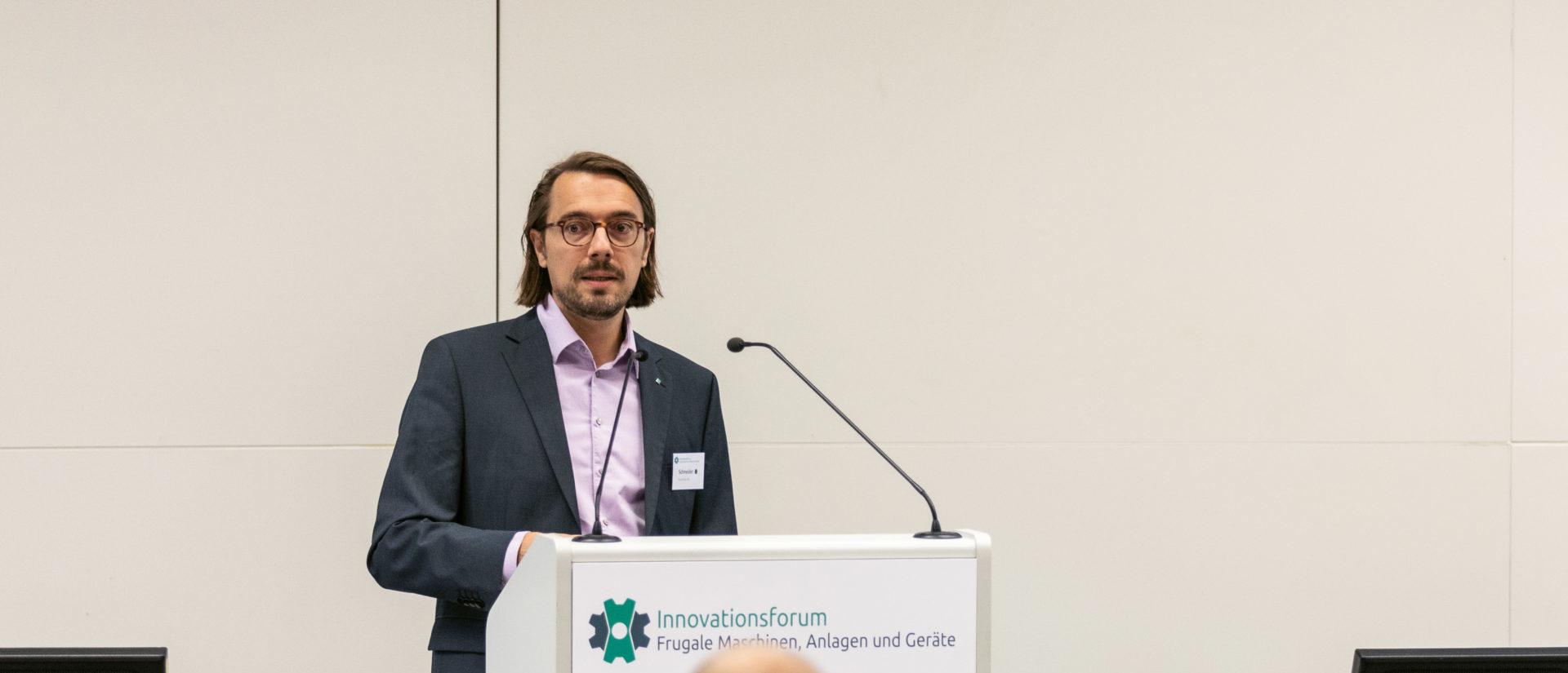 Marco Schneider auf der Innovationsforum Frugale Maschinen, Anlagen und Geräte