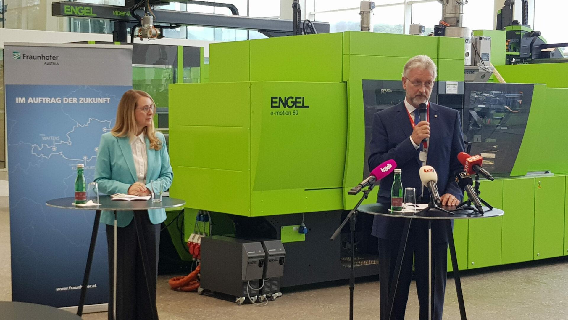 Wirtschafts- und Forschungsministerin Margarete Schramböck und Professor Dieter W. Fellner