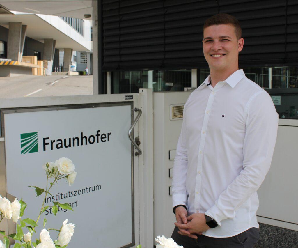 Marius Moosmann an der Pforte des Fraunhofer IPA