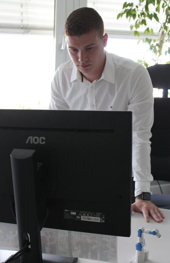 Marius Moosmann an seinem Schreibtisch